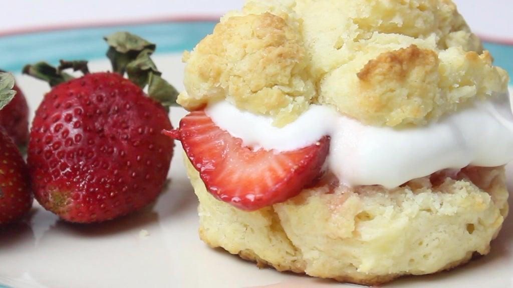 Клубничное пирожное со взбитыми сливками: рецепт