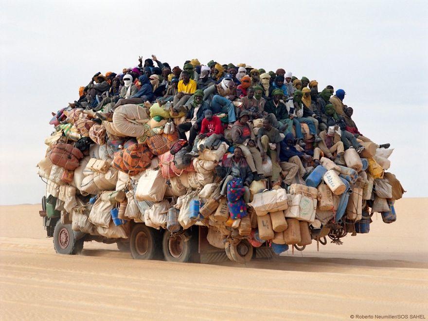 Водителей этих перегруженных машин не остановит ничто!