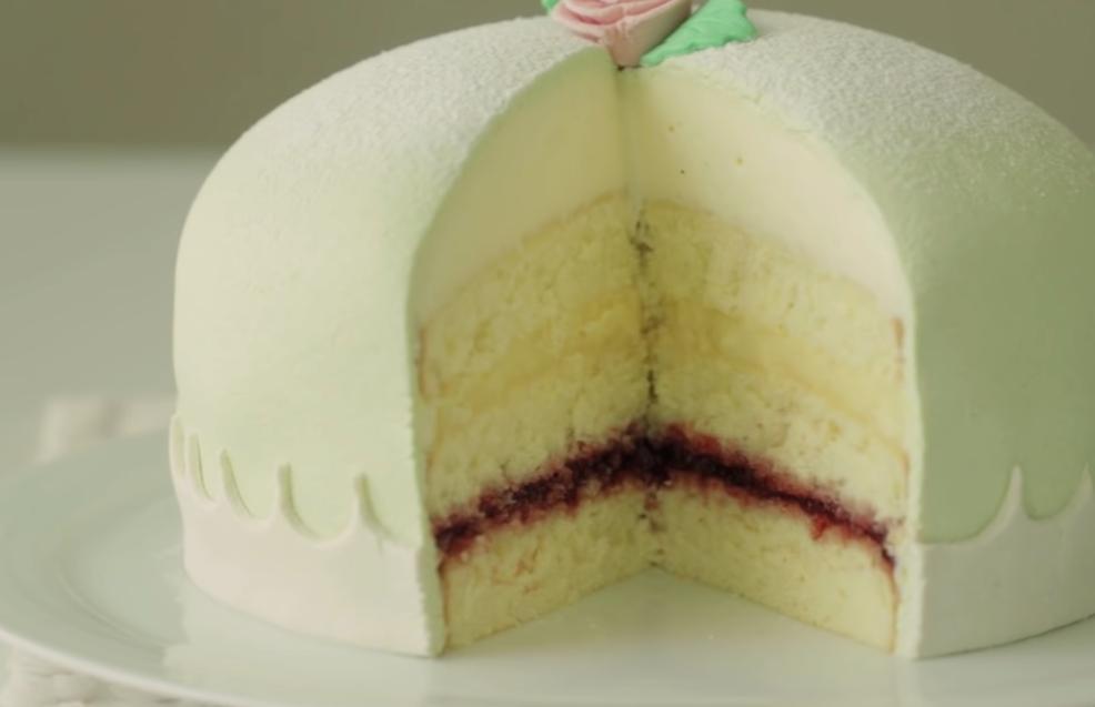Воздушный, нежный и питательный шведский торт «Принцесса» с джемом: вкусный подарок к празднику