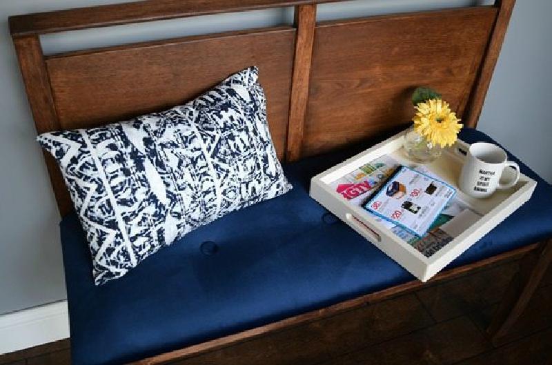 В сарае завалялась спинка от старой кровати. Решили сделать из нее простую скамейку в прихожую: получилась даже лучше, чем я ожидала
