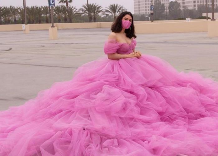 Женщина создала «платье социального дистанцирования» радиусом 180 см. На него ушло почти 280 метров тюля