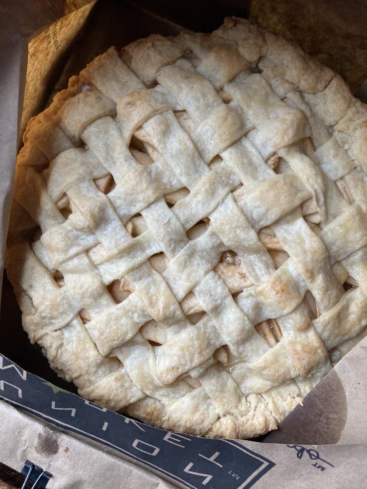Не берусь печь яблочный пирог, если под рукой нет обычного бумажного пакета. Корочка не подгорает: всем рекомендую этот лайфхак