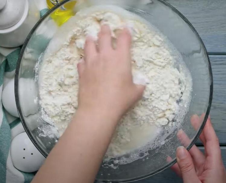 Пышная булочка с зеленым луком и сыром: на готовку трачу меньше часа, а в хлебный можно пару дней не ходить