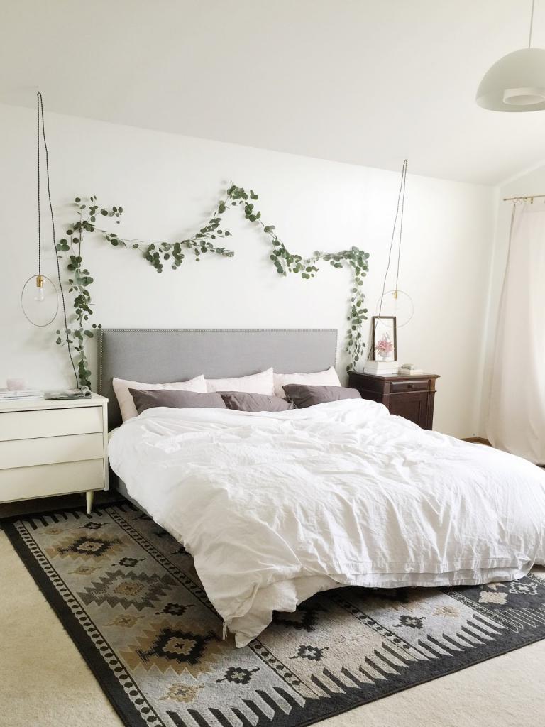 Сделала для спальни очень красивую гирлянду из зелени. Она очень освежает, можно использовать любые растения или цветы, и этот простой способ