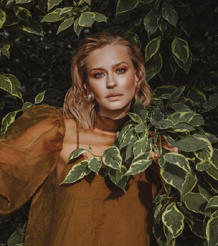 Юлия Пересильд поделилась снимком с новой фотосессии: подписчики восхитились красотой и женственностью актрисы