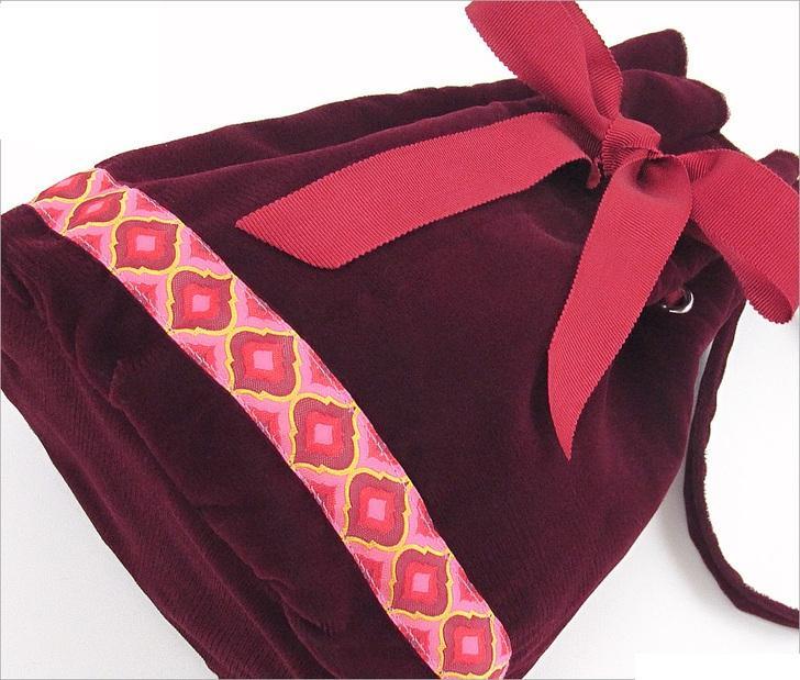 Для торжественных выходов сшила сама вечернюю сумочку-мешочек. Она из приятного вельвета и очень красиво смотрится