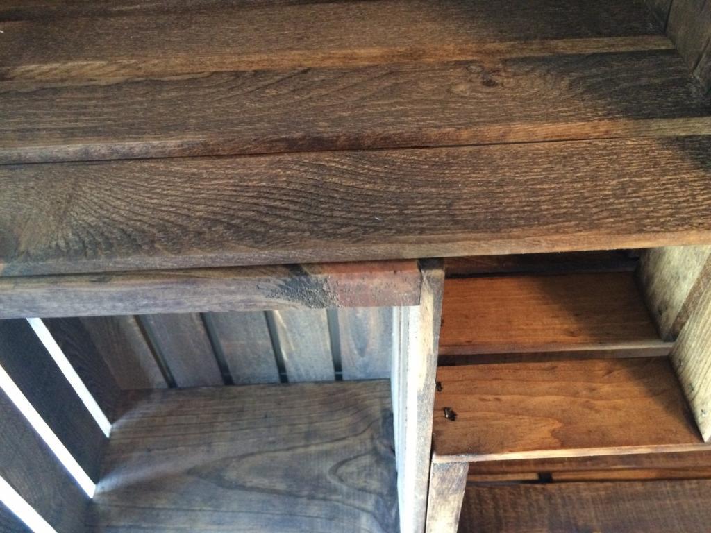 Из ящиков сделали для детской удобный высокий книжный шкаф. Он устойчивый, хорошо смотрится и подойдет для дома или офиса