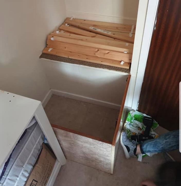 В новом доме было мало места, тогда мама придумала, как использовать дефект планировки, чтобы сделать кровать для ребенка (фото)