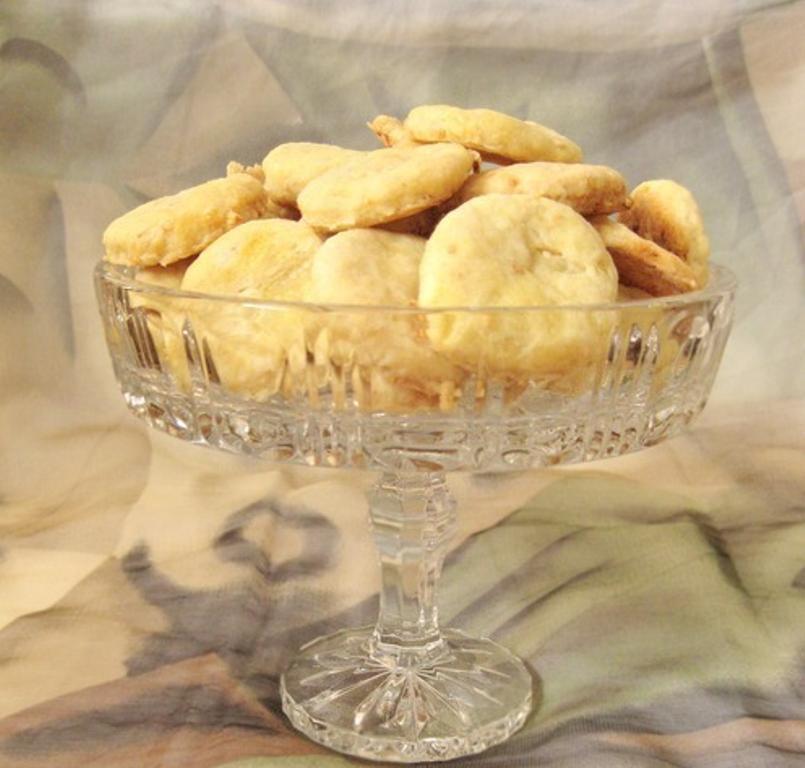Очередная диета и нельзя сладкого. Подала вечером к чаю луковое печенье с оливами