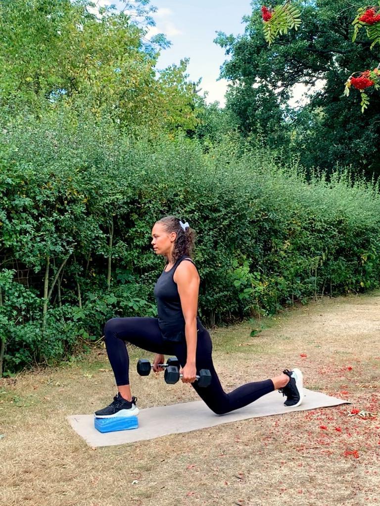 Как сделать ноги сильными и красивыми: тренер Эмма Обаювана показала упражнения, которые прорабатывают все мышцы ног