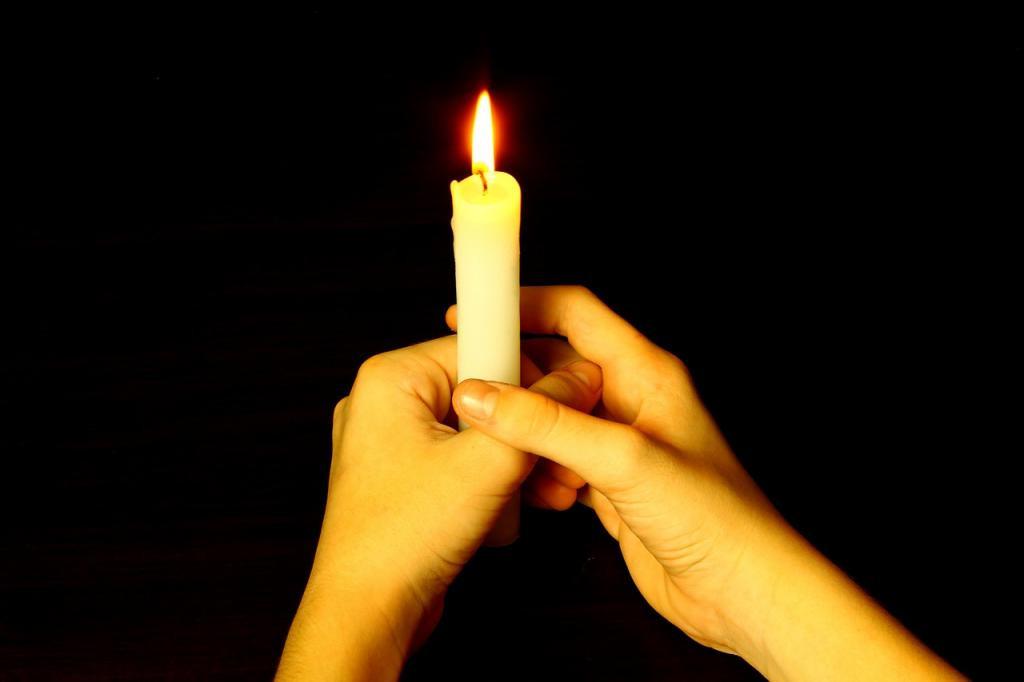 Чтобы в доме наконец-то наступил лад, а проблемы закончились, надо обойти все комнаты с зажженной свечой. Как сделать это правильно
