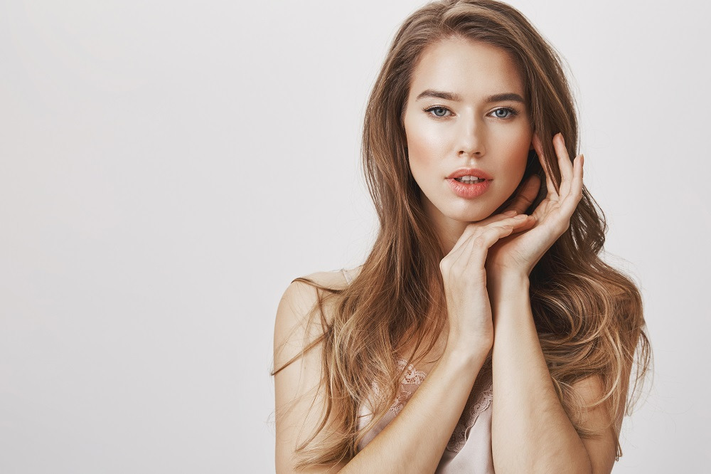 Минимализм и акцент на глаза: пять хитростей с макияжем и прической, чтобы было не стыдно появиться перед будущими родственниками