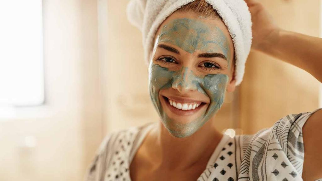 Сама делаю для лица домашнюю маску-детокс с глиной, медом и кокосовым маслом. Она деликатно очищает и сужает поры