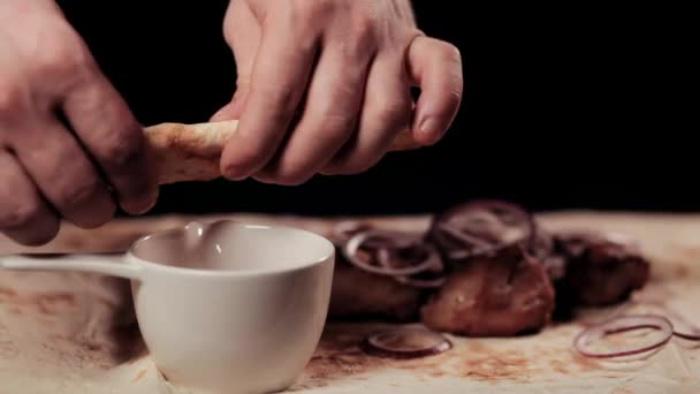 Кулинар Молли Баз не пользуется ножом, а предпочитает разрывать пищу руками (и всем рекомендует так делать)