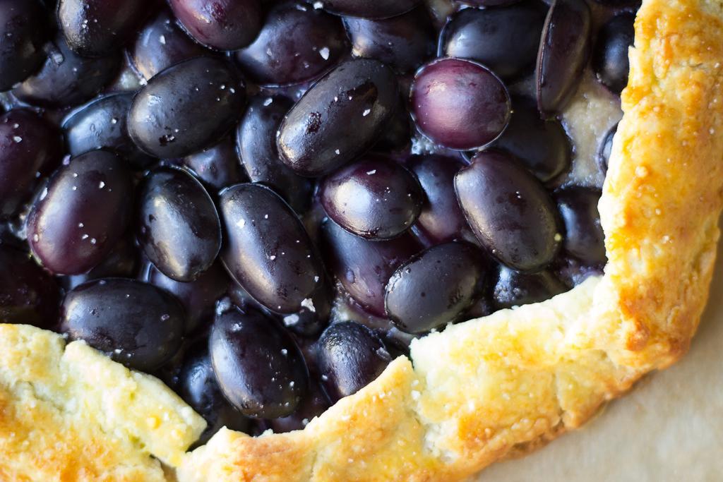Быстрая галета с сочным виноградом и взбитыми сливками