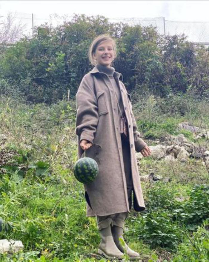 Как я в конце октября по арбузы ходила: Лиза Арзамасова показала новые фото в деревенском образе