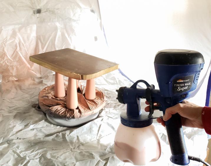 От старого стула остались фигурные ножки, которые я решила не выбрасывать: превратила их в яркий декор для своей кухни