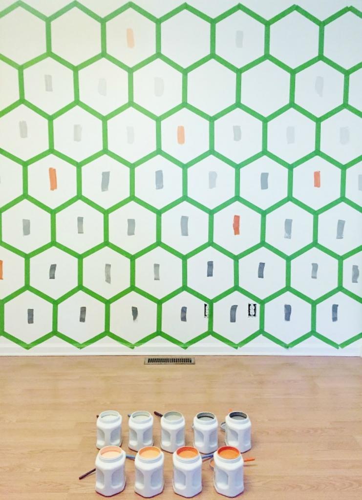 Решила сделать одну из стен акцентной и раскрасила ее в виде пчелиных сот. Выглядит необычно и оригинально, а затраты минимальные