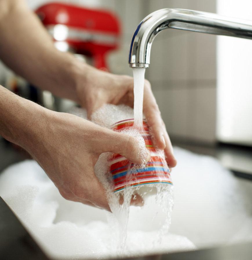 В офисе часто нет времени тщательно помыть кружку. Пришлось взять ее домой, чтобы очистить от пятен кофе
