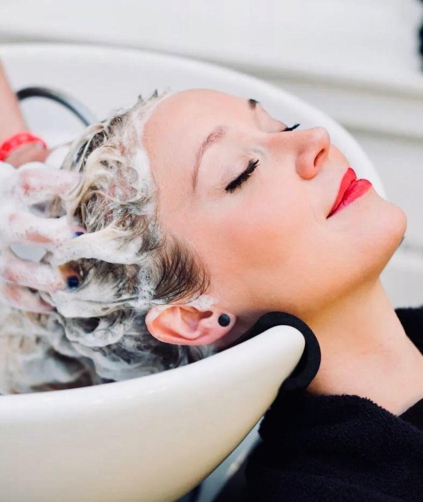 Люди заблуждаются, когда думают, что частое мытье волос увеличивает их выпадение. Трихологи ответили, как часто надо мыть шампунем разные типы волос (например, кучерявые   раз в неделю)