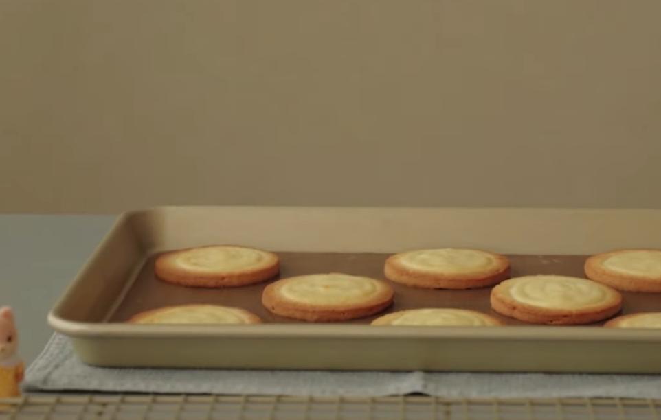 Печенюшки с мягким сливочным сыром: идеально к завтраку для всей семьи