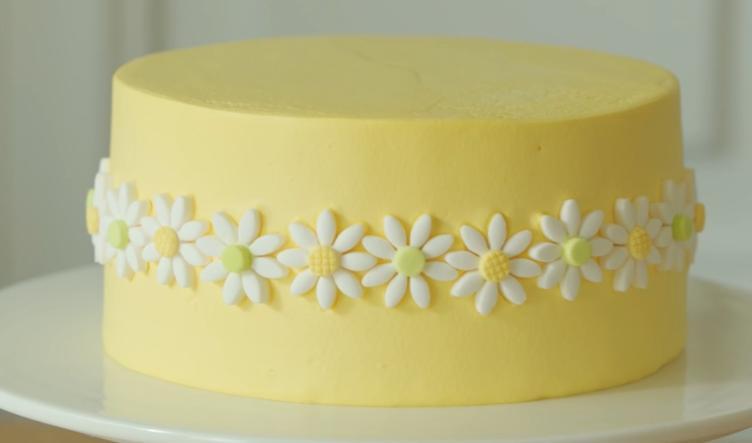 Нежный банановый тортик со взбитыми сливками, украшенный ромашками: десерт для поднятия настроения