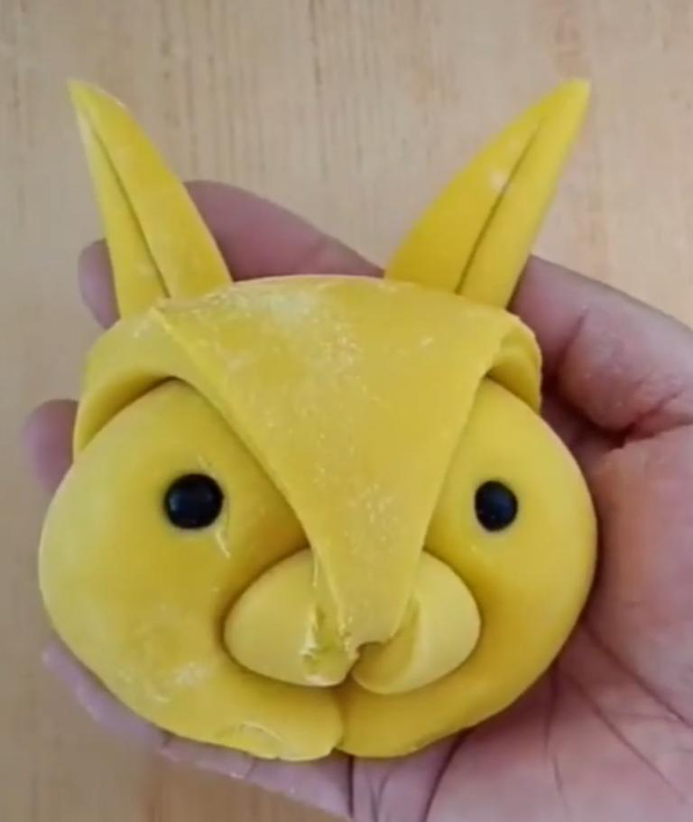 Леплю дочурке милых заек из мастики – таких в пекарнях не найдешь: съедает сладость с удовольствием