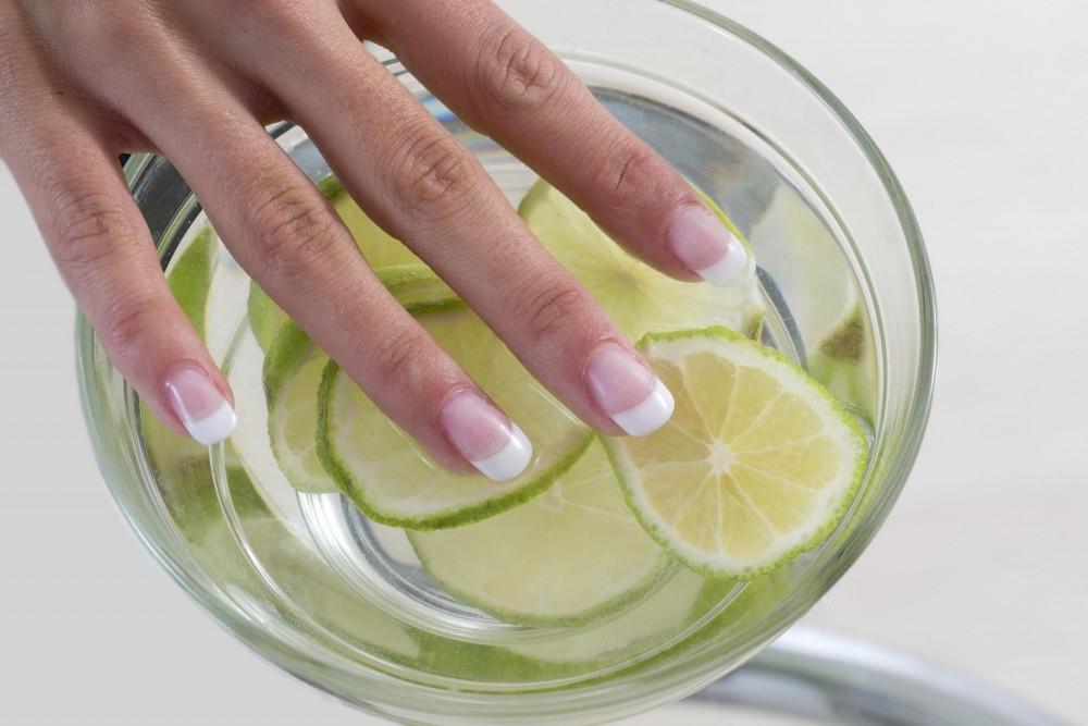 Лимонный сок и два вида масел. Домашняя маска, благодаря которой мои ногти быстро растут и не ломаются зимой