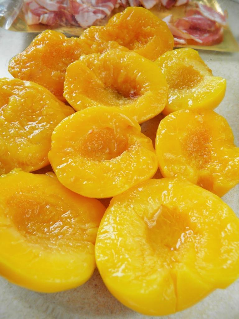 Персики, запеченные с беконом и сыром: странное сочетание, но вкус просто необыкновенный. Всегда готовлю на Новый год