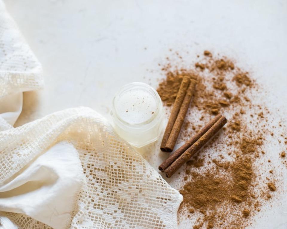 Для более объемных губ сама готовлю домашний бальзам и скраб: они придают естественную припухлость и ухаживают за кожей