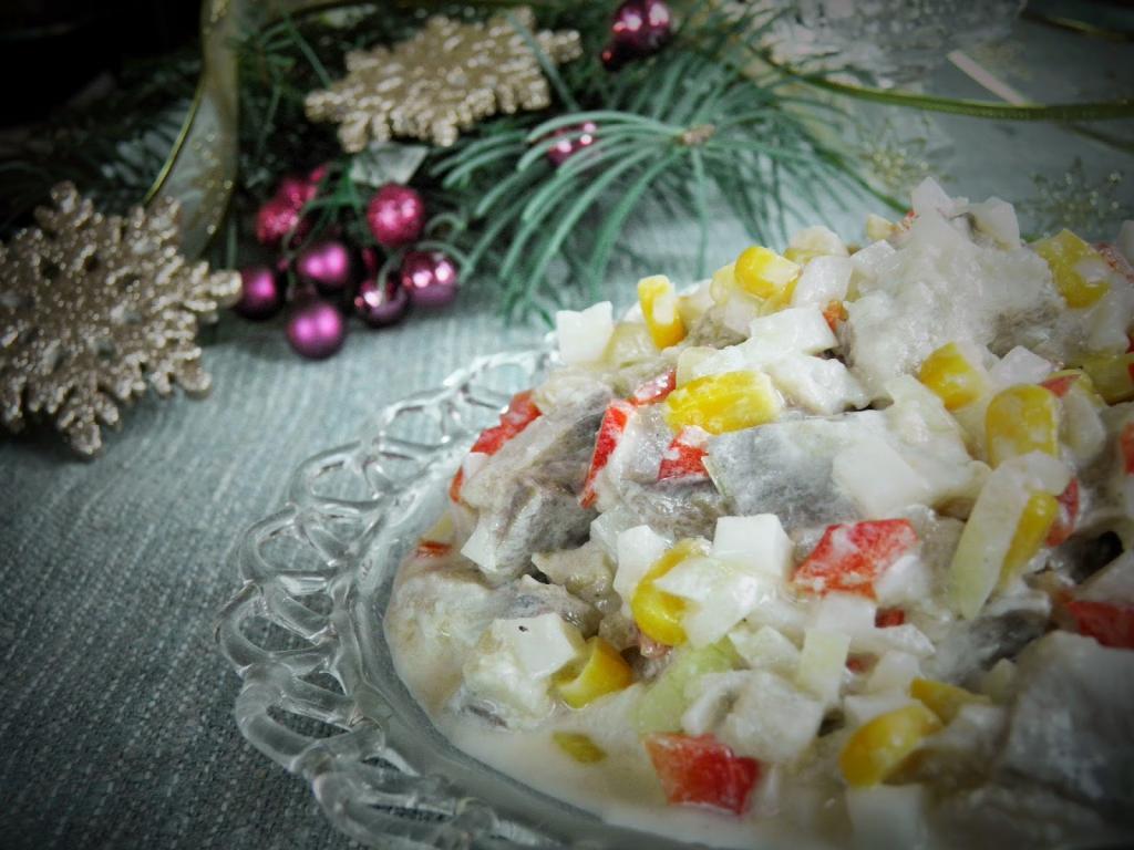 В салат из селедки кладу не свеклу, а белую редьку. А если добавить перчик и кукурузу, то и на новогодний стол подать не стыдно