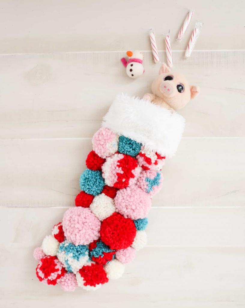 Чулки на петельках – один из главных атрибутов Нового года: украшаем их с помощью ярких помпонов