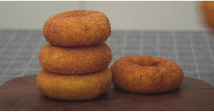 Луковые пончики: беру 3 луковицы, кусок сыра и готовлю необычную закуску