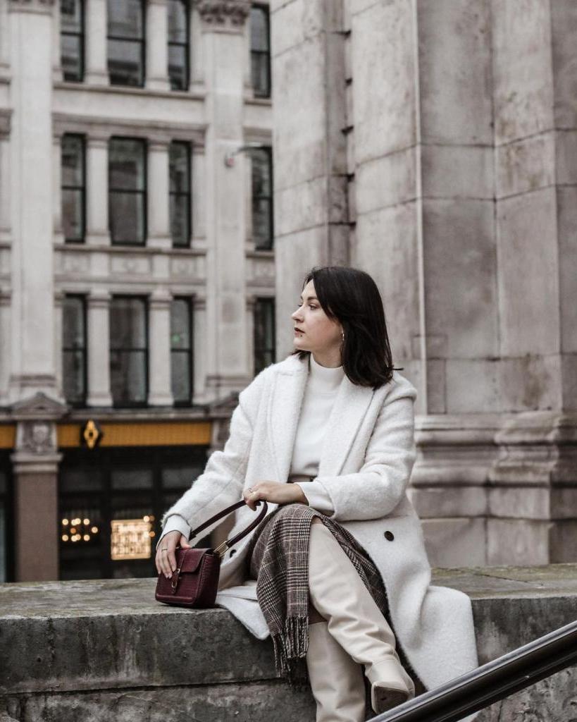Элегантность в традициях 60 х и 80 х: белое пальто — новый тренд этого сезона