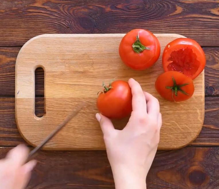 Фарширую помидорки моцареллой, выкладываю на тесто и заливаю яичной смесью: с нетерпением ждем утра, чтобы приготовить такую вкусноту на завтрак