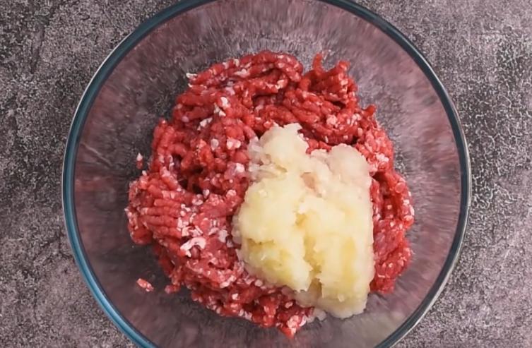 Очень вкусная мясная запеканка в соусе из баклажанов: сытно и пикантно