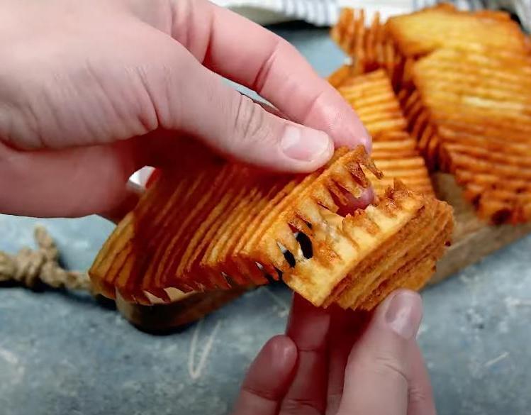С одной стороны надрезаю поперек, со второй - по диагонали: открыла для себя новый способ приготовления картошки