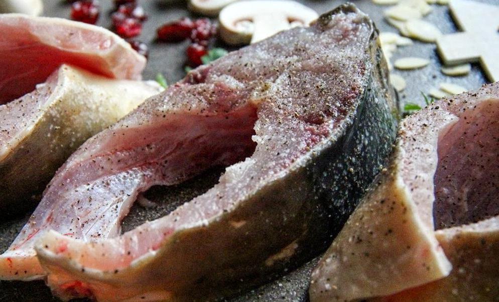 Карпа сначала жарю, а потом запекаю в духовке с грибами и клюквой: вкуснее рыбы не бывает