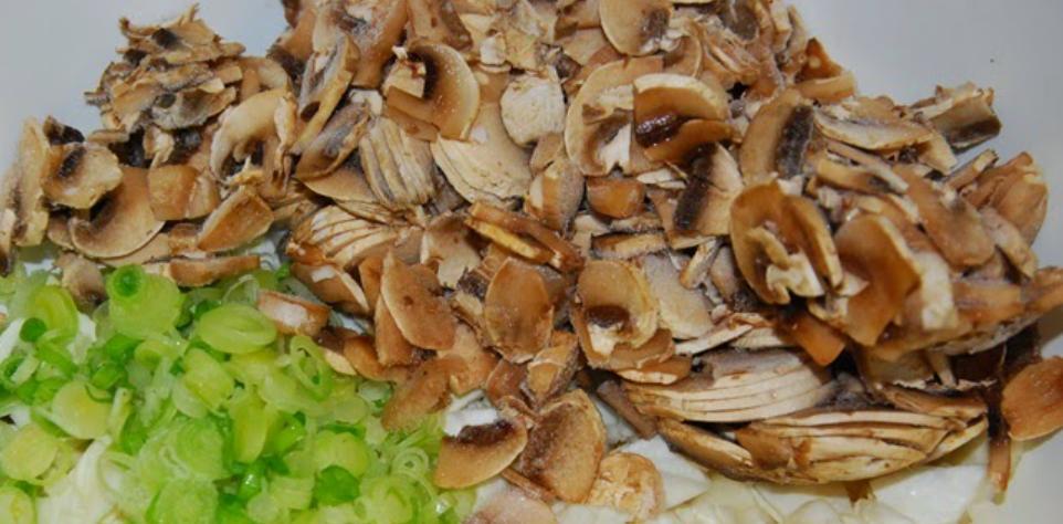 Блинчики с овощами и колбасой, запеченные под сыром: рецепт из старого блокнота