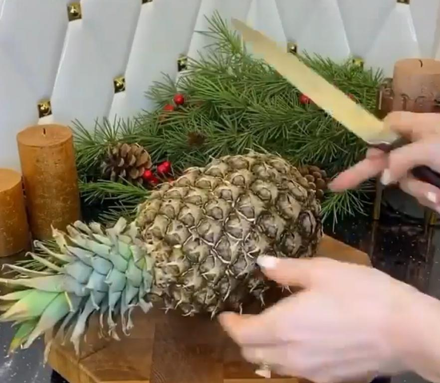 Моя подача фруктового ассорти впечатлит каждого: насаживаю ягоды прямо на ананас (смотрится роскошно)