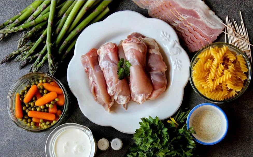 Сочные рулетики из курицы со спаржей в беконе: особенно хороши с овощами и макаронами