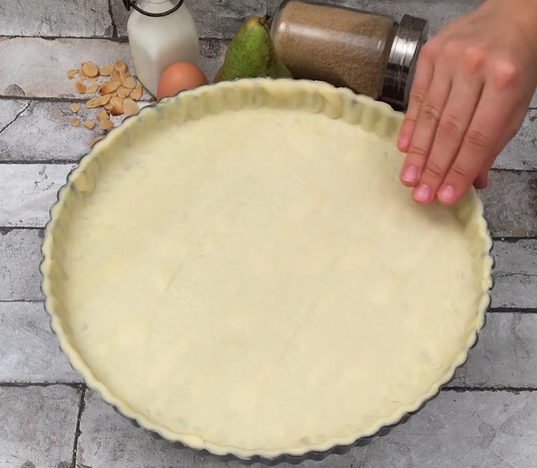 Чтобы сделать заурядный пирог с шоколадом более эффектным, мастерю из груш и миндаля милых ежиков (особого мастерства не потребуется)