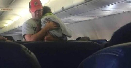 Все пассажиры решили, что этот мужчина — папа ребёнка. Никто и подумать не мог, что люди могут поступать подобным образом…