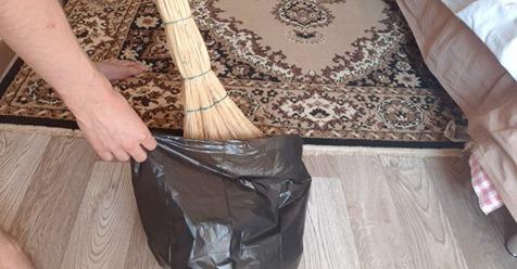 Зачем я во время уборки на веник надеваю мусорный пакет