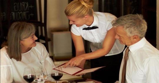 Как официантка поставила на место богатенькую тётеньку