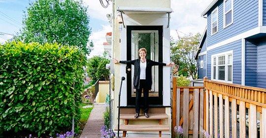 Муж прогнал жену из дома, и она решила отомстить с умом: построила свой дом в 5 метрах от старого