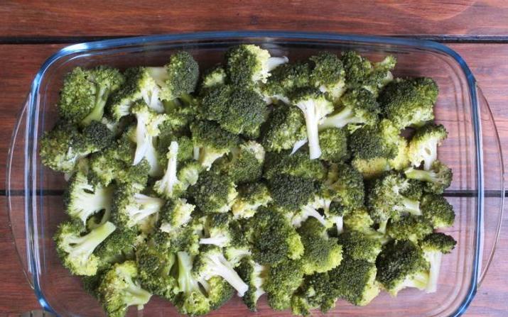 Если нужно быстро накормить семью, готовлю полезную и сытную запеканку из брокколи, яиц и сыра