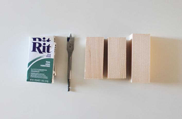 Даже из обычной деревяшки можно сделать яркий и стильный декор: мастерим деревянные подсвечники с градиентным окрашиванием