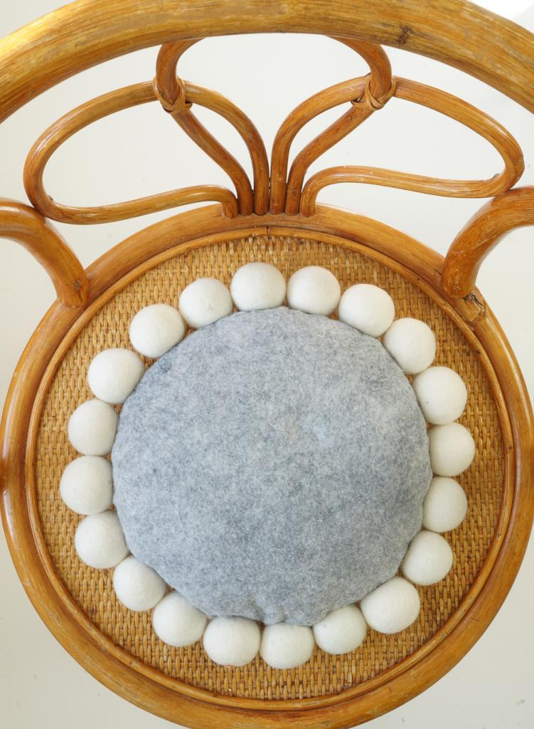 Мягкая оригинальная подушка с интересным дизайном: мастерим декор из фетра и плюшевых шариков