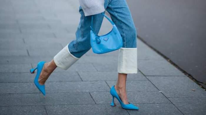 И массивные кроссовки, и элегантные босоножки с тонкими ремешками: с какой обувью модно будет носить прямые джинсы в 2021 году